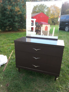 Dresser with mirror-free delivery