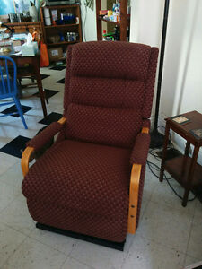Lady's Lazyboy electric lift/recliner chair