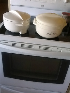 2 thermal casserole dishes. Bump