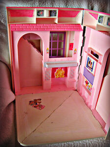 BARBIE ~ HOUSE (FOLDS OUT TO 3 ROOMS) W/BATTERY LAMP IN WINDOW Kitchener / Waterloo Kitchener Area image 9