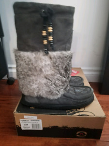 Women's Manitobah Mukluk Winter Boots Size 9 but fits like 10