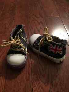 2 pairs of baby's shoes