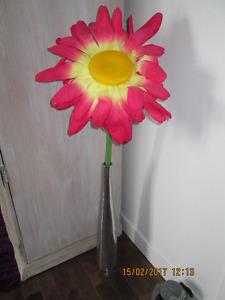 Grosse fleur rose vif avec vase en inox