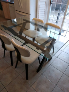 Glass Kitchen/Dining table w/ 4 chairs. Great Condition.
