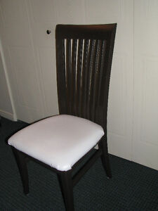 6 chaises indentiques en bois*****15$ chacune