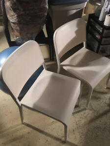 Chaises blanches