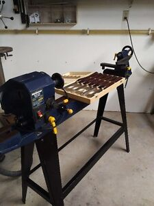 4 amp 120v Variable Speed Wood Lathe c/w tool case of chisels