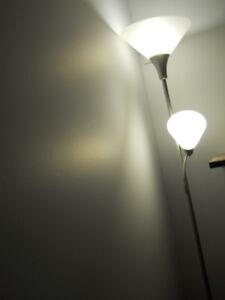 Lampe sur pied avec une liseuse