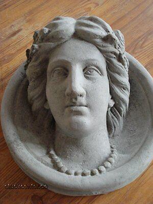 Fassadenstuck - Medallion Frau mit Perlenkette D=32 cm aus Beton Aussenfassade