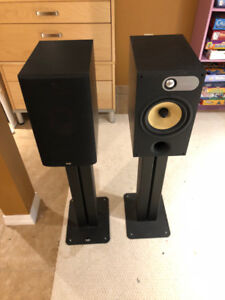 B&W 685 Bookshelf speakers with stand - very nice condition