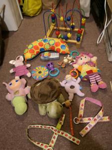 Lot de jouet pour bébé.