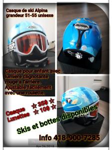 Casque et lunettes, skis alpins et bottes pour enfant