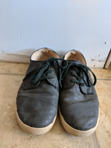 Toms Leather lined sneaker size 8