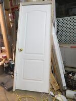 Porte premonté 30 pouces ouverture a gauche+ pogné incluse