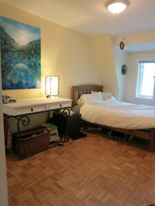 COME SEE IT TODAY! **BEAUTIFUL 2BR W/ DECK, College & Ossington