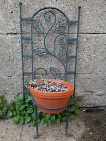 Iron plant stand inc. pot + plant