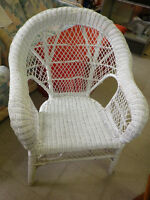 FAPO: Large white wicker lounge chair