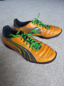 Youth Puma soccer shoes Size 5