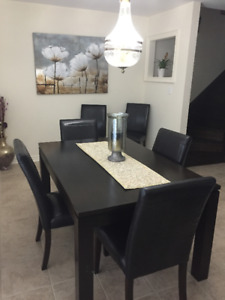 Solid Oak Dining Room Table + Chairs in Excellent Condition
