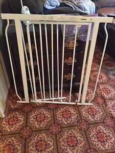 Metal extendible baby gate