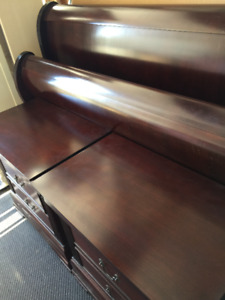 SLEIGH BED - 2 NIGHT TABLES