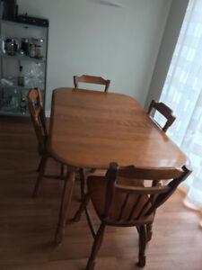Table en bois brute avec quatre chaises