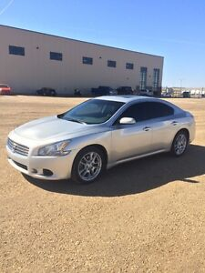 2011 Nissan Maxima SV in amazing condition & fully loaded!