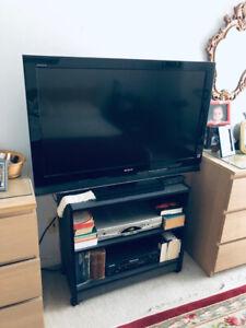 Deux (2) Tables tv noires en melamine sur roues