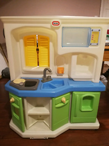 Excellent condition kids play kitchen with lots of food dish set