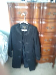 Beautiful black dry clean only jacket size small. Dex.