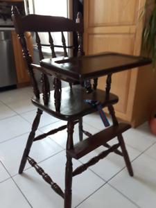 Chaise haute en bois pour enfant.