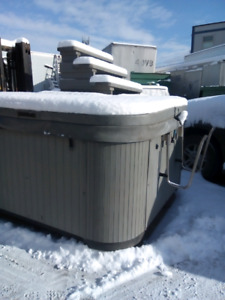 H2O Hottub in excellent condition Marble Grey 36 Jets