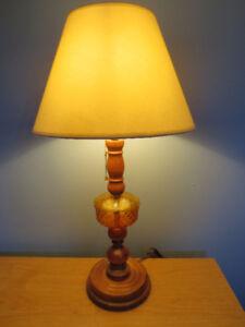 Lampe de table structure en bois et en verre.