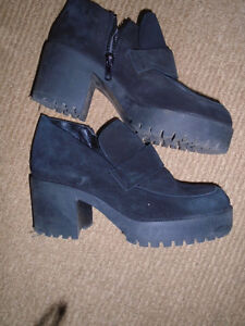 Women Shoes , size 8  Wear 2 times , good condition. $5 ***