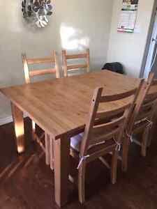 Extendable dining table+ 4 chairs
