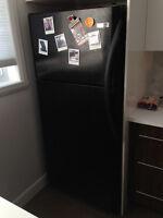 Réfrigérateur et cuisinière noires de marque Frigidaire
