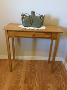 Petite table d'apoint avec tiroir / Side table with drawer