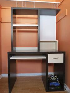 Bureau d'ordinateur brun et blanc en très bon état