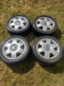 "mags original de Volkswagen 16"", 5x100 avec des pneus"