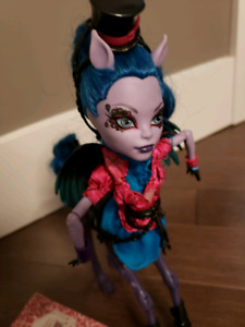 Monster High Doll Avea Trotter -Freaky Fusion