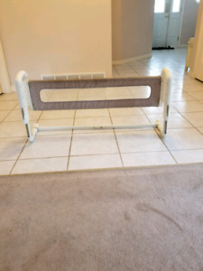 Edge guard for a toddler bed