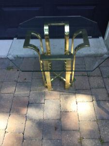 Table de salon en verre et laiton.