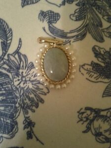 14 Kart Gold Pendant with big jade stone and pearls around it.