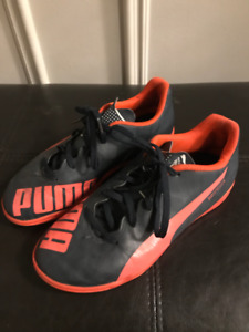 Puma boys indoor soccer shoes size 3.5