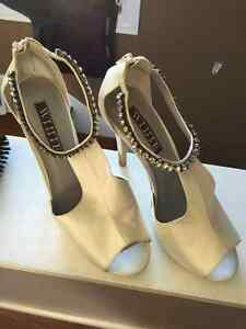 Beautiful Vera wang high heel shoes off white silk and crystal