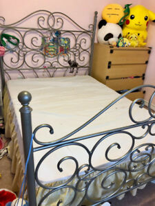 Twin metal frame bed with box (no mattress)