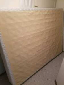 Like new queen size Sealy boxsrping