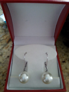 Dangly pearl earrings, medium size ocean pearls