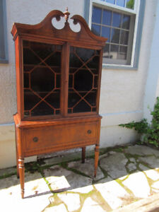 Attractive Antique Display Cabinet in Great Condition!