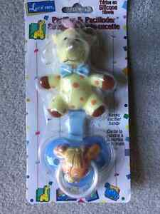 BRAND NEW GIRAFFE PACIFIER AND AND PACIFINDER